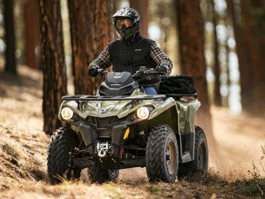 2016.can-am.outlander-l-570.green_.front_.riding.through-woods